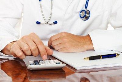 В Свердловской области главврач больницы пыталась задушить своего работника.
