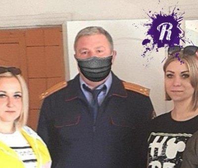 Мастера фотошопа из Белгородского СКР приделали маску следователю на фото с медиками