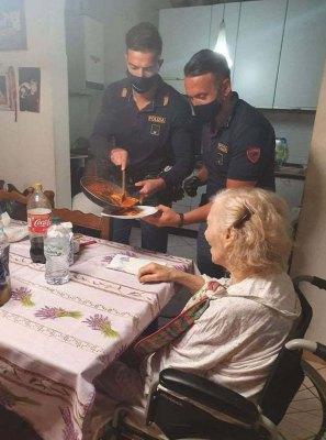 87-летняя итальянка позвонила в полицию и сказала, что она одна и очень голодна. Вот что получилось в итоге