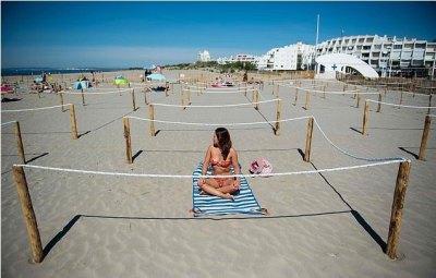 На французском курорте Ла-Гранд-Мот решили проблему социальной дистанции - огородили места на пляже верёвками