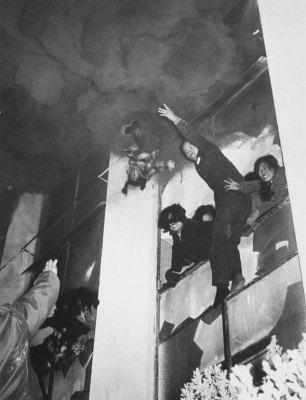 Мужчина выбрасывает из окна третьего этажа, во время пожара в концертном здании Сеула, 6-летнюю девочку пожарным