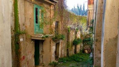 В итальянском богом забытом городке Cinquefrondi продают дома за €1