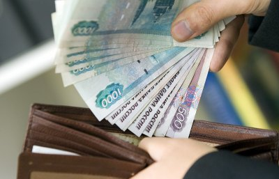 Большинству россиян сократили зарплаты на время пандемии